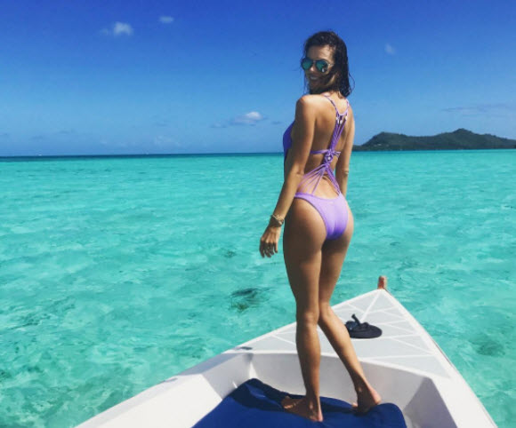 Alessandra Ambrosio Flaunts Her sexy Body Figure In Low-Cut Swimsuit At Bora Bora Beach