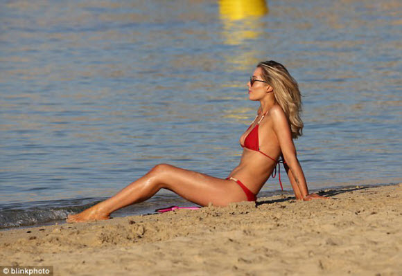 Helen Flanagan Show Off Her Cleavage In Sexy Red Bikini With Her Daughter On Dubai Beach