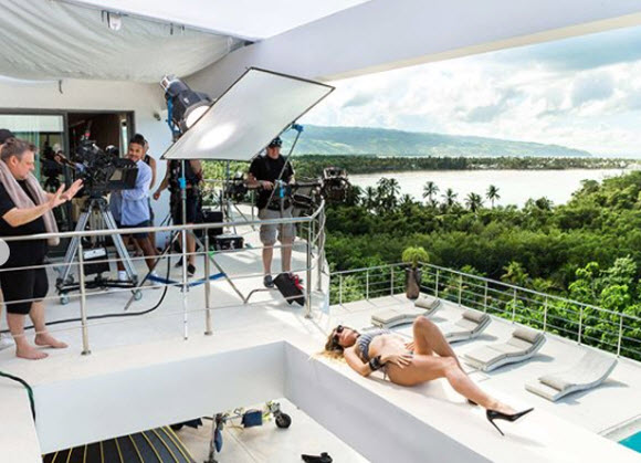 Heidi Klum Displays Her Sexy Body In Bikini Photo Shot For Germany Next Top Model Promo