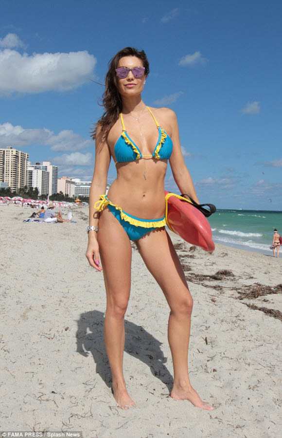 Brazilian Model Julia Pereira Sizzling In Many Sexy Bikinis On Vacation At Miami Beach