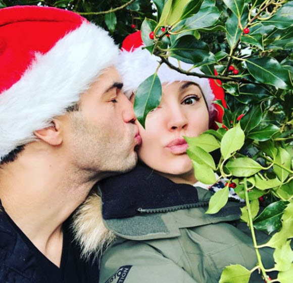 Kelly Brook Appears Completely Nude For A Very Cheeky Festive Snap